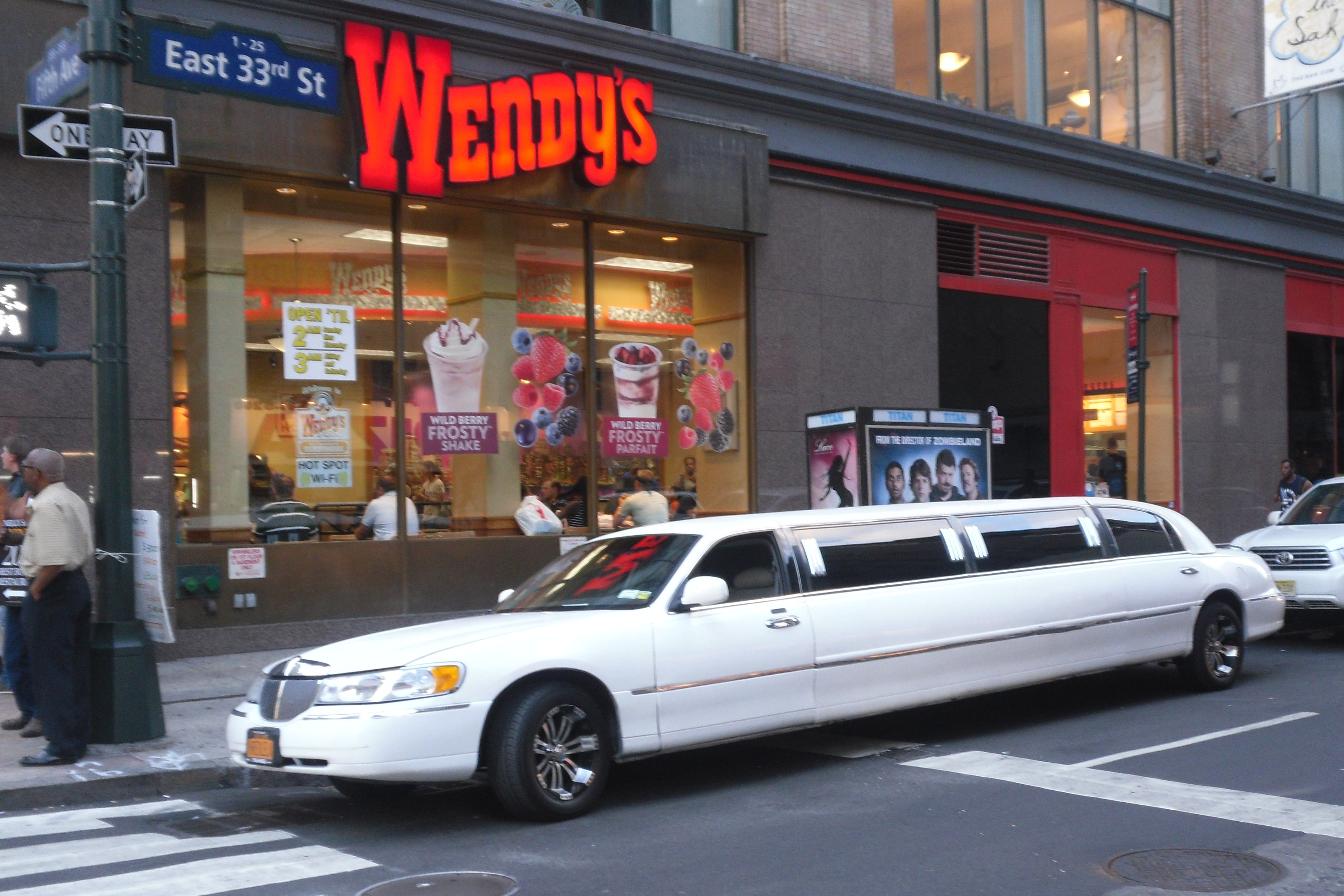 File 2011 Nyc 5th Avenue Limo Lincoln Towncar Jpg Wikimedia Commons