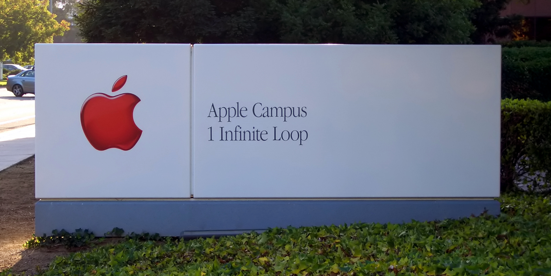 FileApple Headquarters Sign ByDay