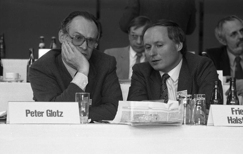 Bundesarchiv B 145 Bild-F062762-0017, München, SPD-Parteitag, Lafontaine, Glotz.jpg