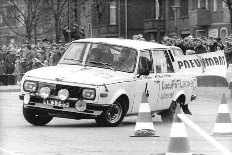 Bundesarchiv_Bild_183-1983-0305-009%2C_Berlin%2C_23._Pneumant-Ralley%2C_Auftaktrennen.jpg