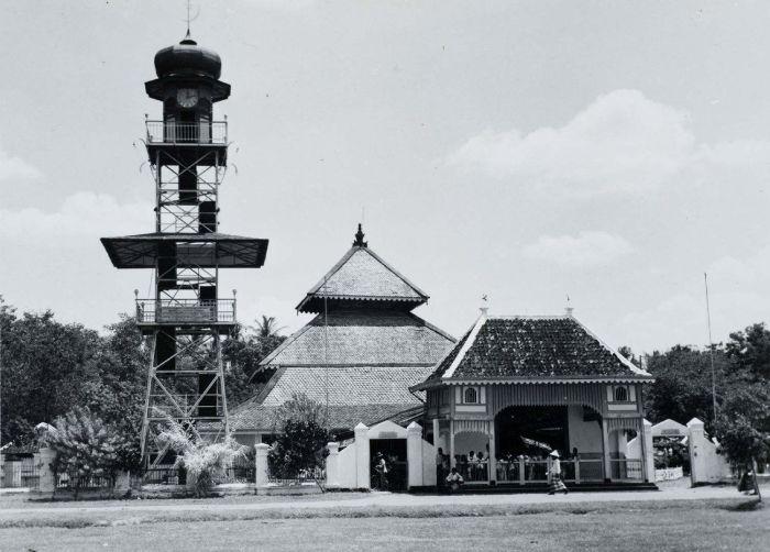 Berkas:COLLECTIE TROPENMUSEUM De moskee van Demak TMnr 60054754.jpg