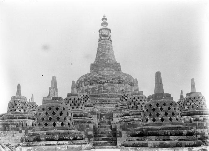 Berkas:COLLECTIE TROPENMUSEUM Gezicht op de bovenste stupa van het tempelcomplex van de Borobudur TMnr 10023604.jpg