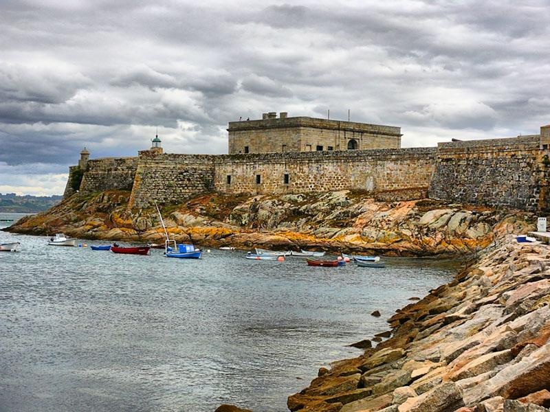 Castillo de San Antón, junto a la Torre de Hércules
