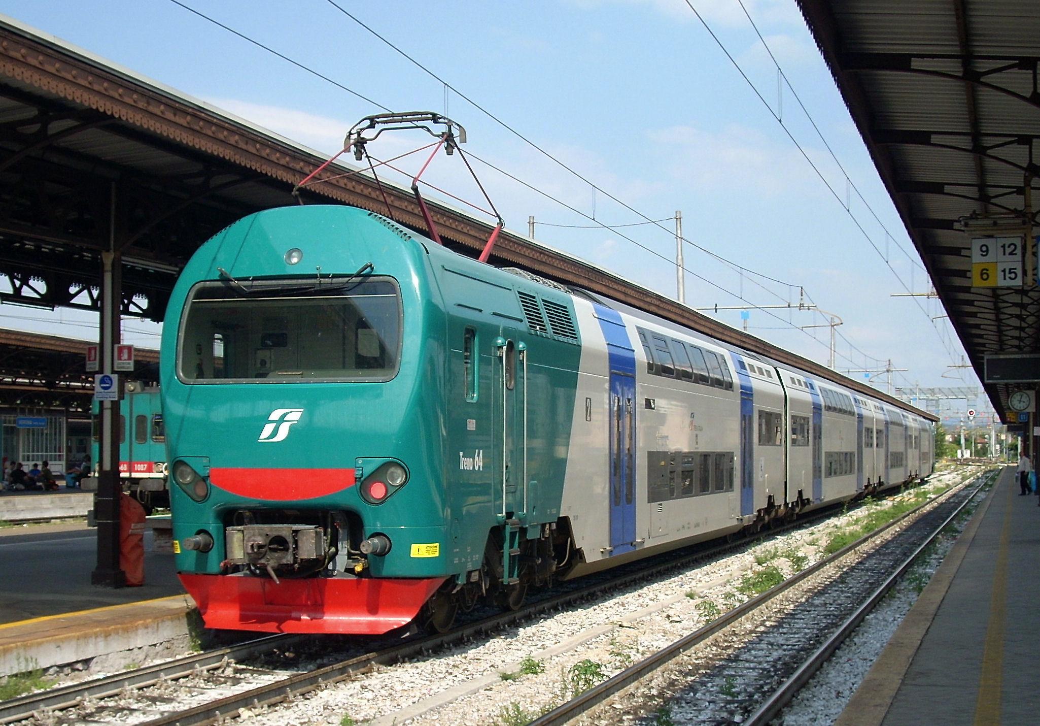 Ragazza_si_lancia_sotto_le_rotaie_del_treno_in_provincia_di_Messina