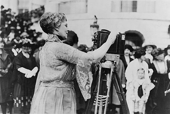 Florence Kling Harding operating a movie camera.jpg Florence Harding (1860 - 1924), wife of Warren G. Harding Date 1921 or 1922 date QS:P