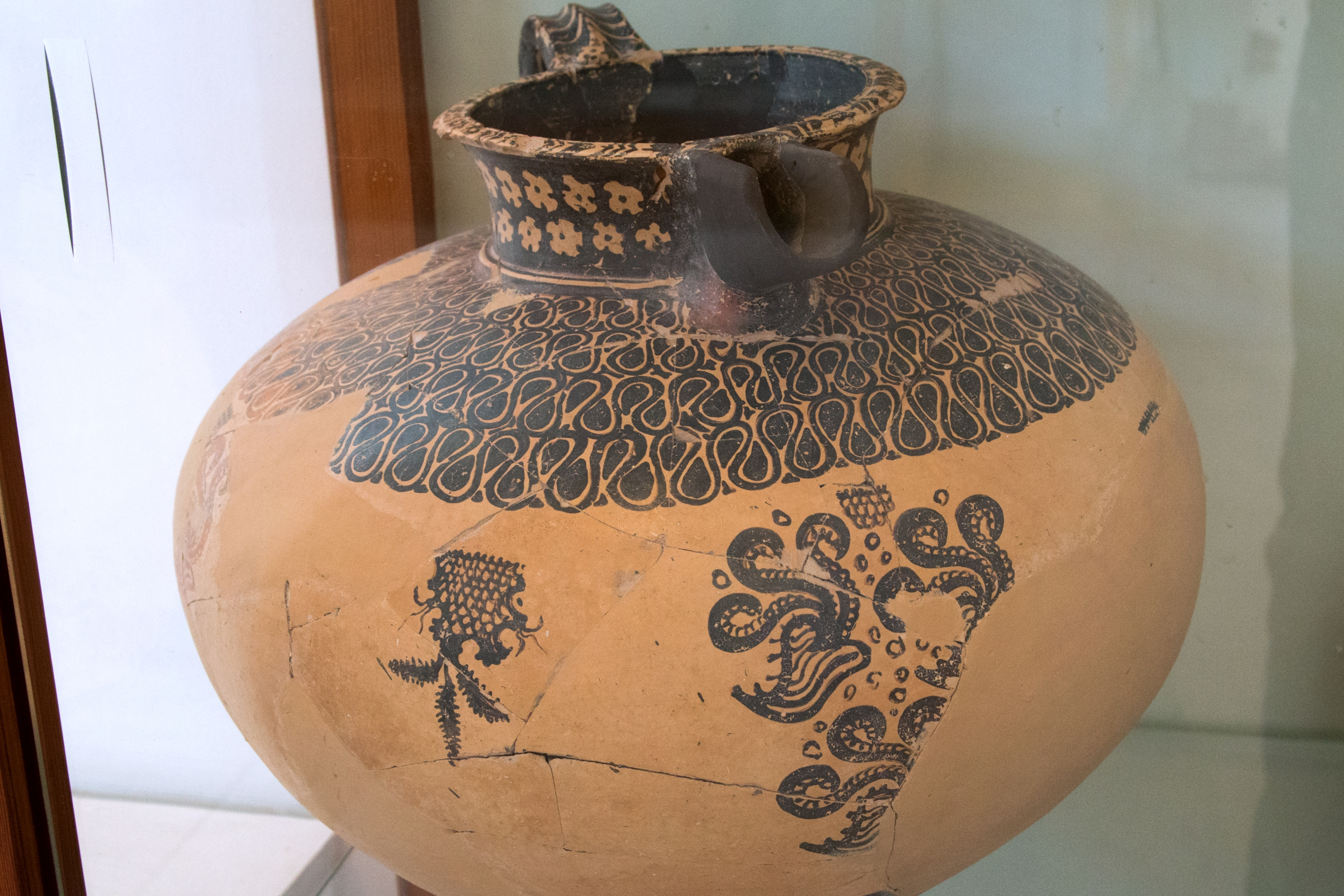 minoan pottery Middle minoan pottery was transformed by the introduction of the fast pottery wheel, an innovation that led to finer wares, which, in turn, led to finer decoration kamares ware is decorated with abstract designs, often in complex patterns.