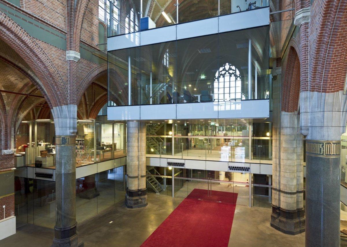 File:Interieur, zicht op glazen units in de kerk - Breda - 20533446 ...
