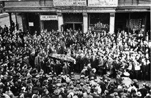 Funeral de Joe HillEl 10 de enero de 1914, John G. Morrison y su hijo Arling fueron asesinados en su negocio de carnicería de Salt Lake City por dos intrusos armados, enmascarados con pañuelos rojos. Arling repelió el asalto y disparó con un revólver hiriendo a uno de los asaltantes antes de morir. La policía inicialmente investigó el caso como una venganza, porque nada había sido robado y debido a que John M. había sido policía durante años, tendría enemigos.