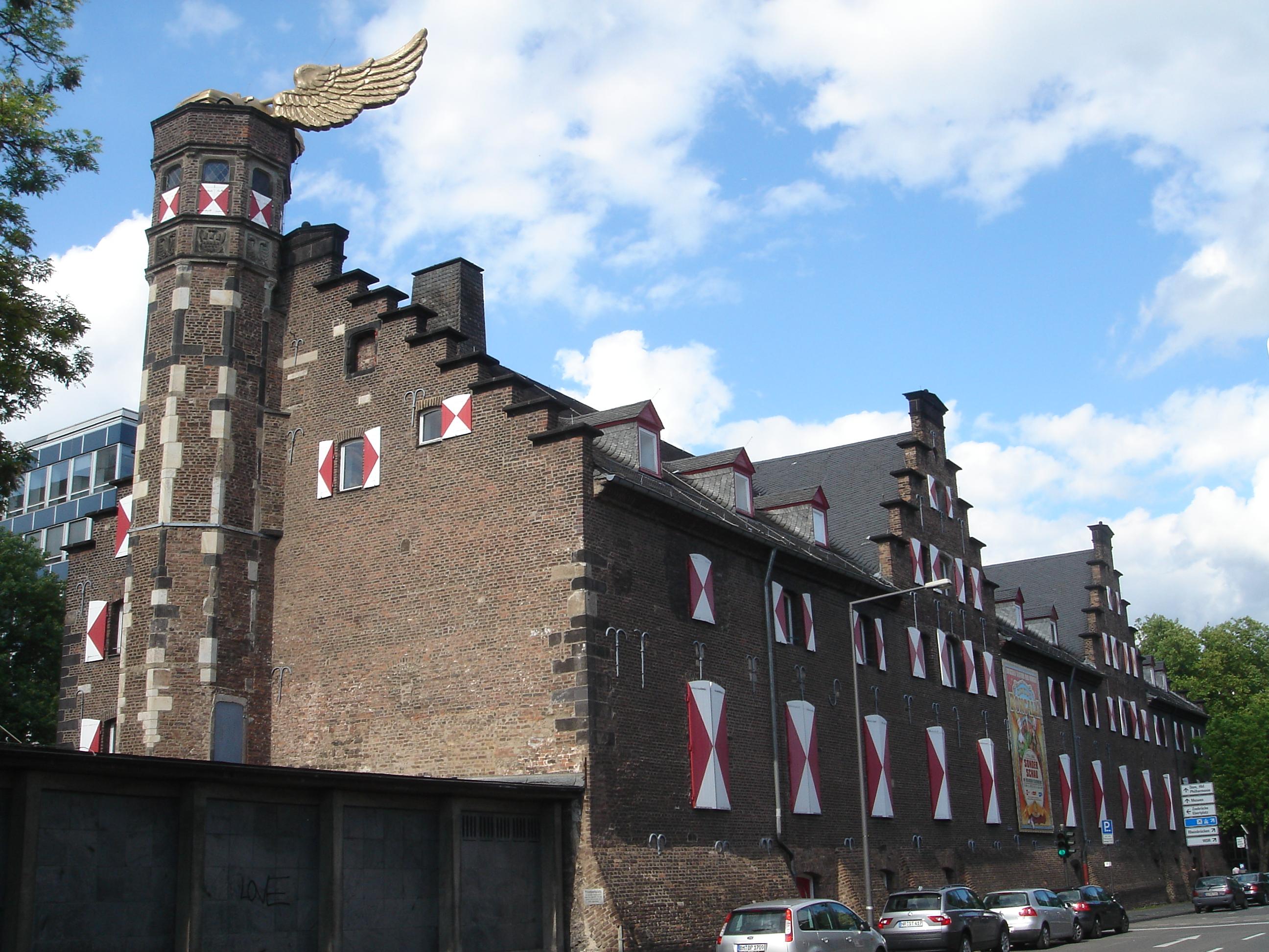 Das Kölnische Stadtmuseum im Zeughaus. Auf dem Turm das umstrittene Flügelauto