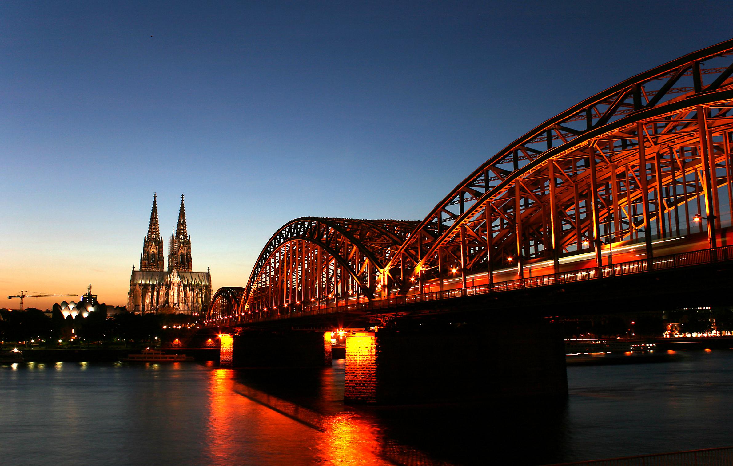 Blick vom Deutzer Rheinufer auf die Hohenzollernbrücke, den Kölner Dom und das Museum Ludwig