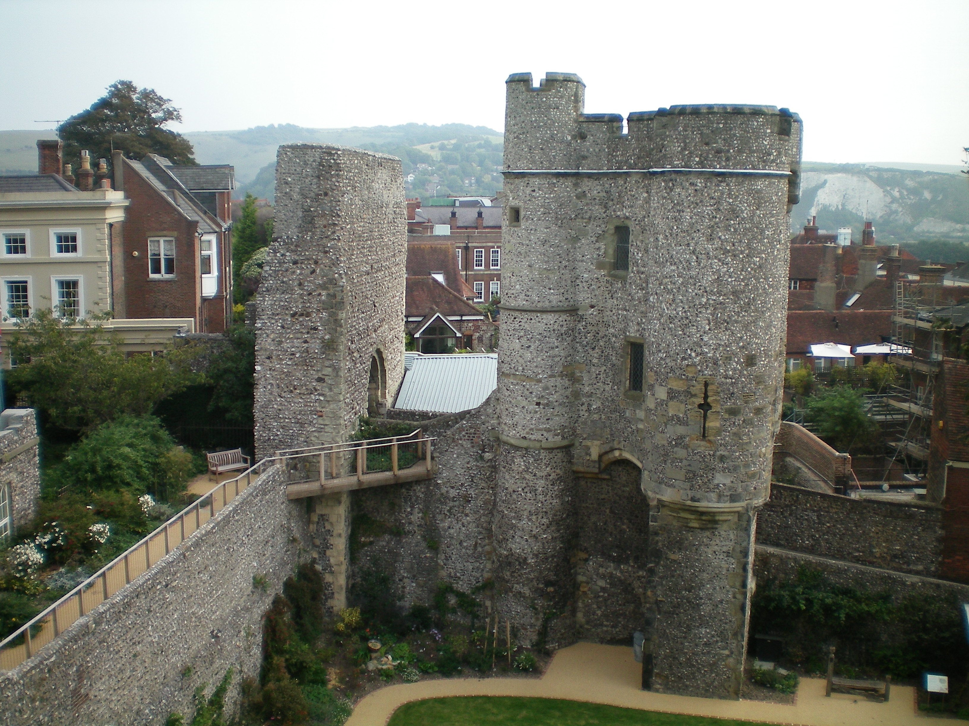 File Lewes Castle Barbican 3 Jpg Wikipedia
