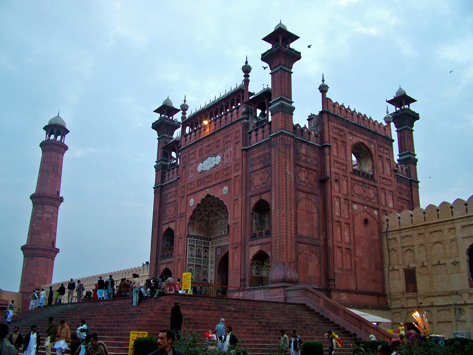 File Main Entrance Of Badshahi Mosque Jpg Wikimedia Commons