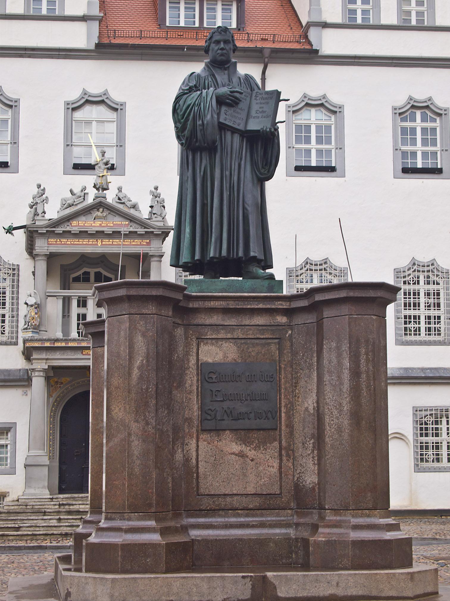 Martin Luther Denkmal auf dem Marktplatz vor dem Rathaus in Lutherstadt Wittenberg. (Foto Pedelecs – Wikipedia)