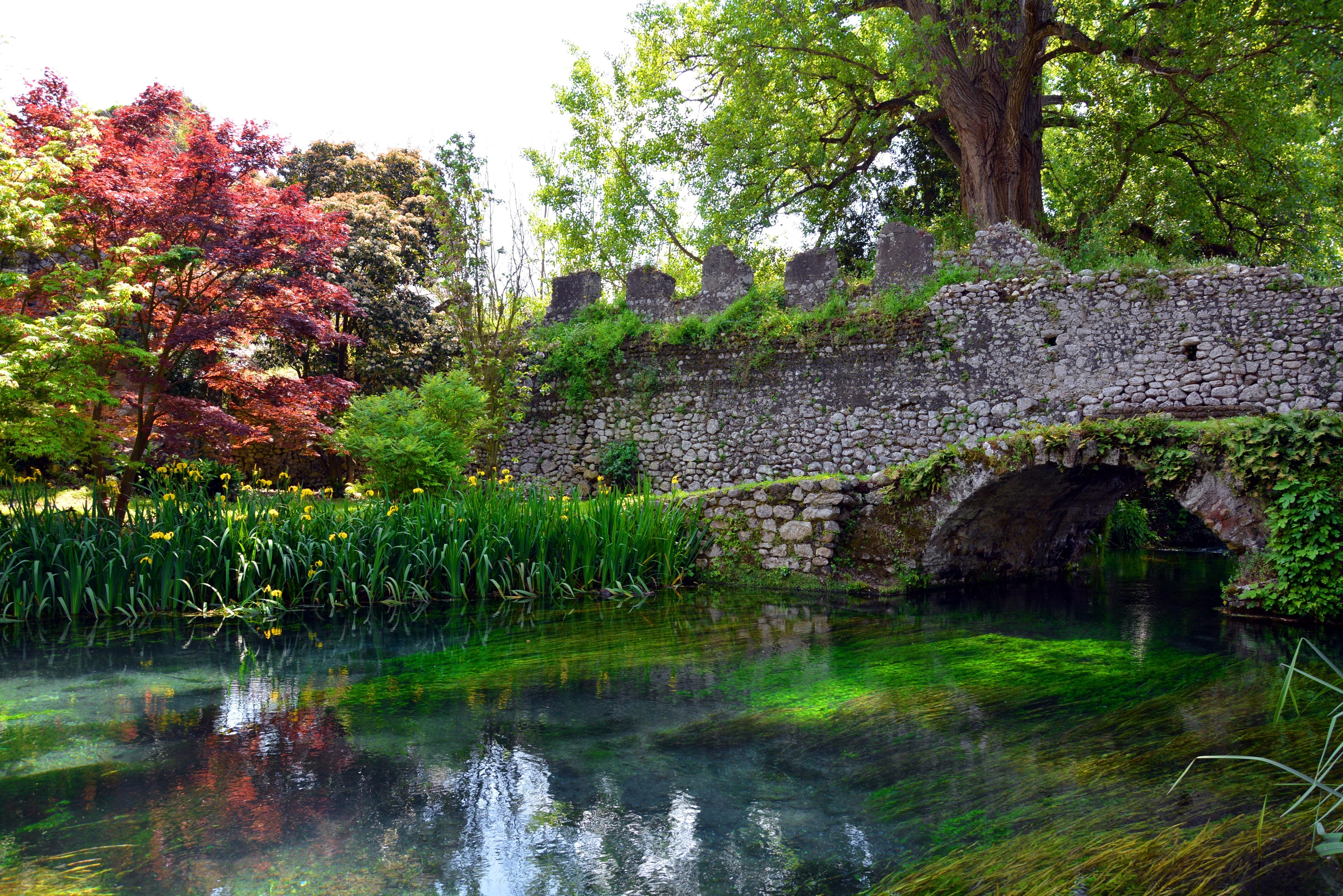 file ponte in pietra giardino di ninfa jpg wikimedia