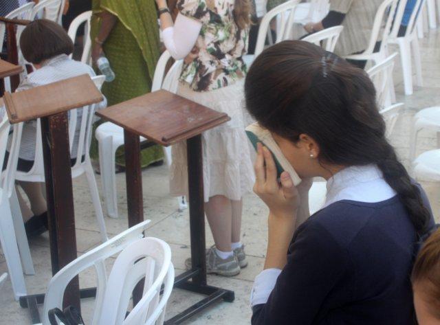 File:Praying Jewish girl.JPG
