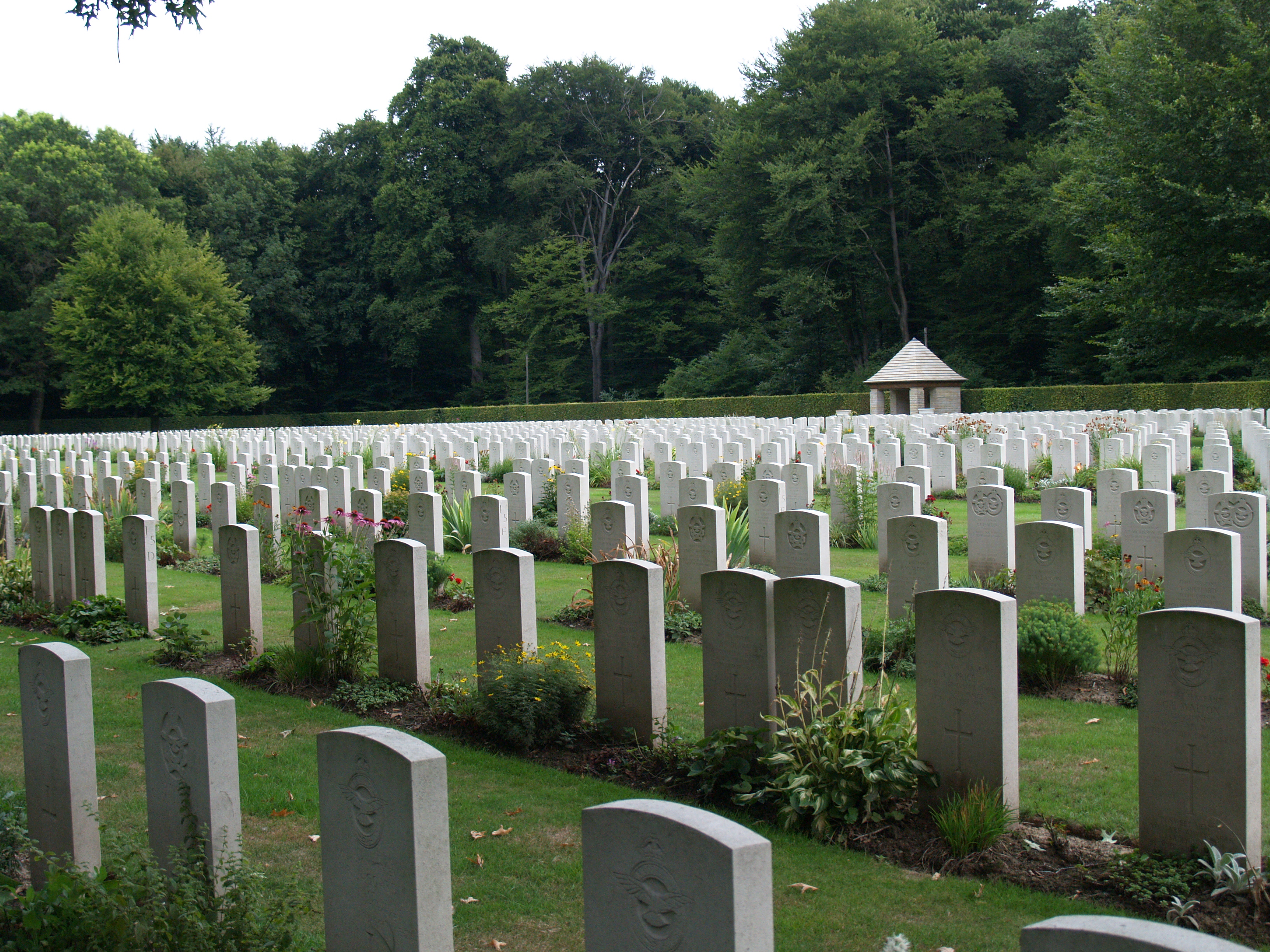https://upload.wikimedia.org/wikipedia/commons/0/07/Reichswald_Forest_War_Cemetery_%2824%29.JPG