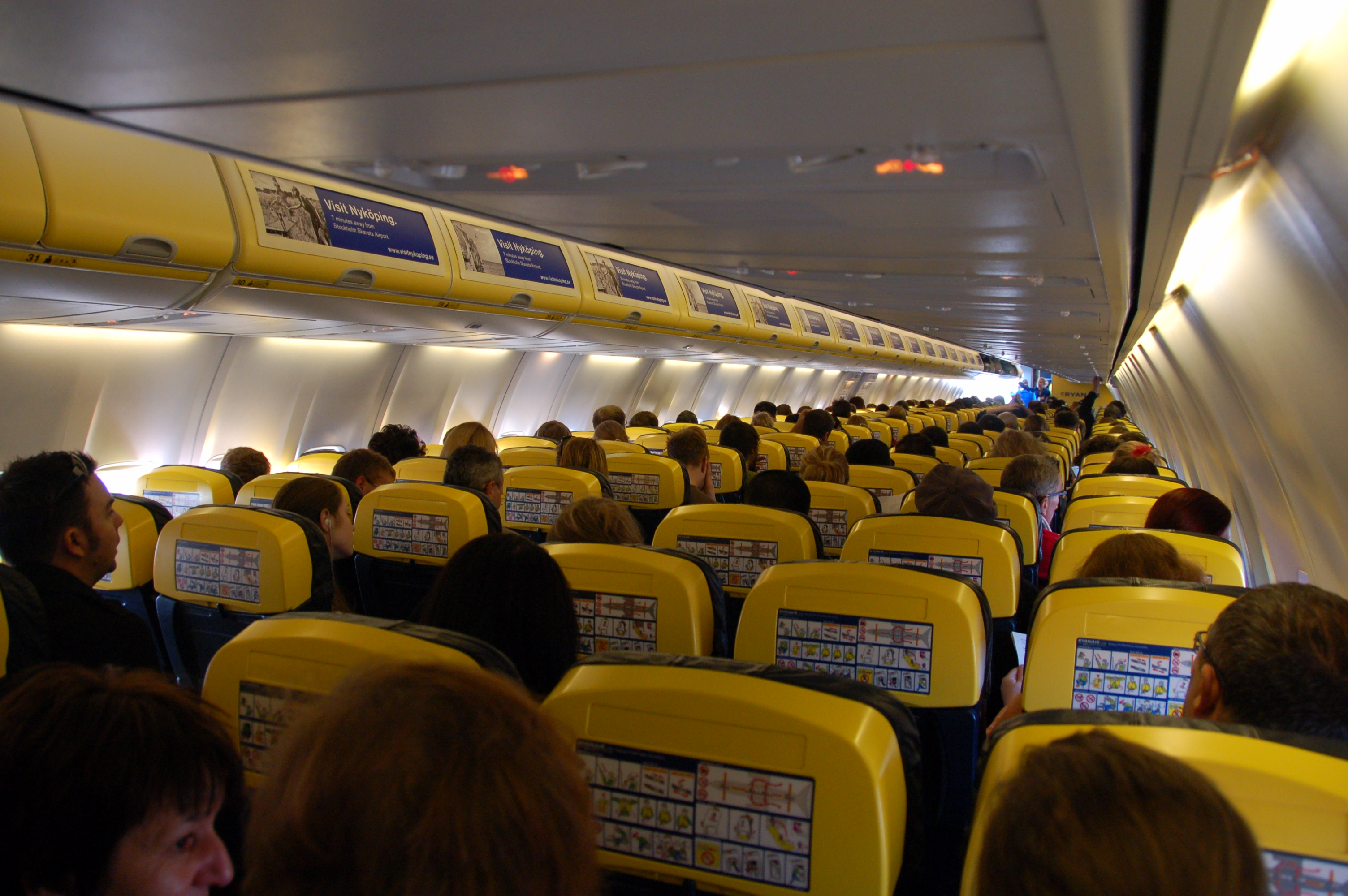 File Ryanair Aircraft Cabin Jpg Wikimedia Commons