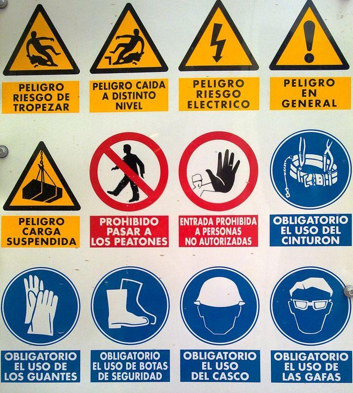 File:Señales de seguridad.jpg - Wikimedia Commons Under Construction Signs