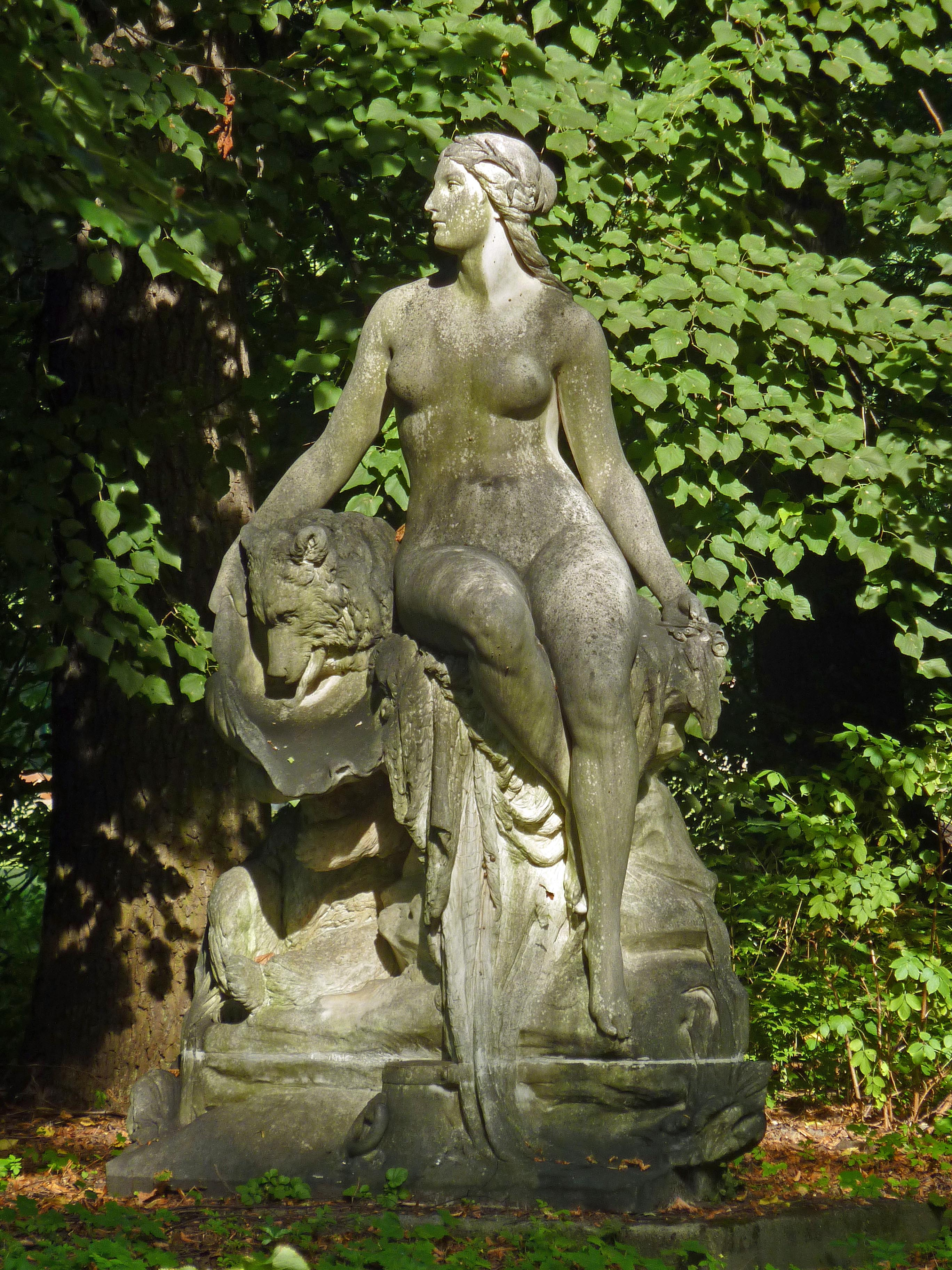 https://upload.wikimedia.org/wikipedia/commons/0/07/Sprea%2C_Jeremias_Christensen%2C_Tierpark_Berlin%2C_531-637.jpg