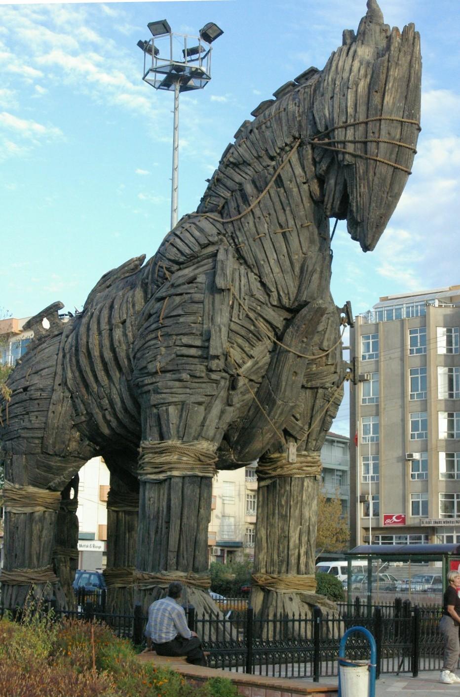 ¿Cuántas personas iban dentro del caballo de Troya?