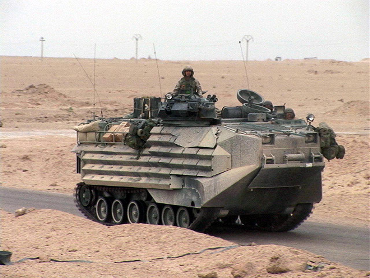Derniers chars existant  USMarines_AAV_Iraq_apr_2004_116_hires