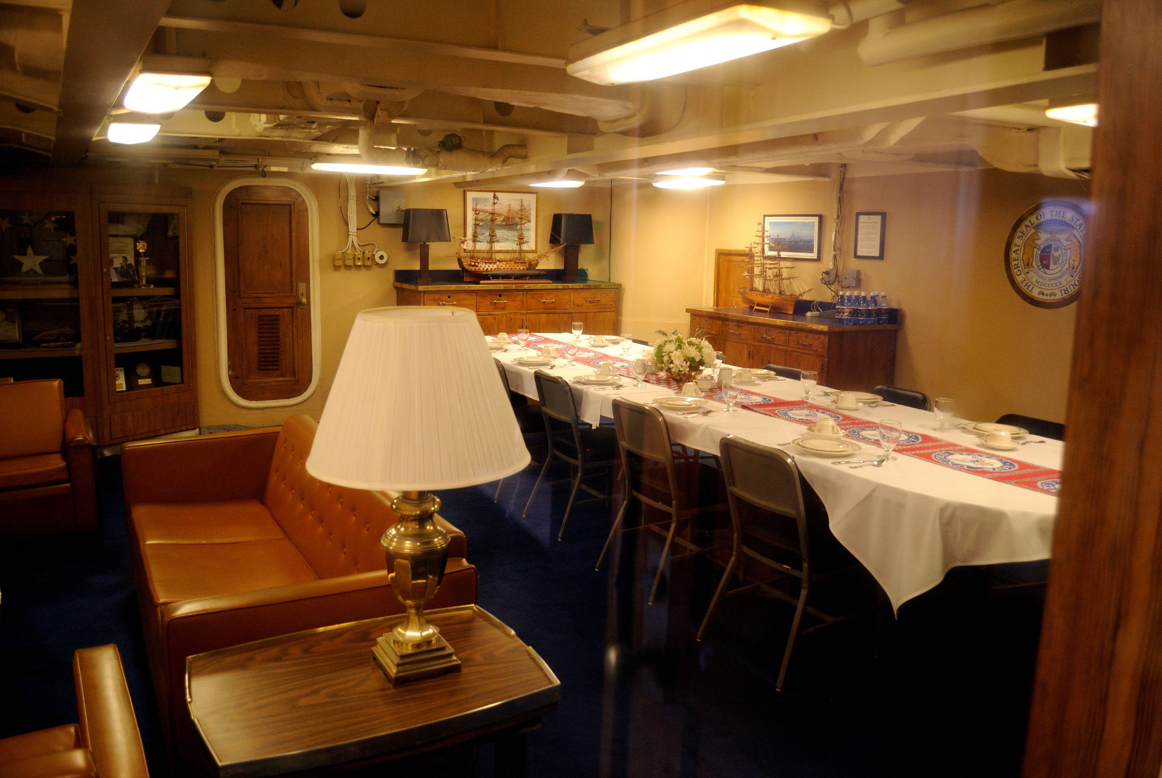 File uss missouri captains cabin 6180130901 jpg for Captain s cabin