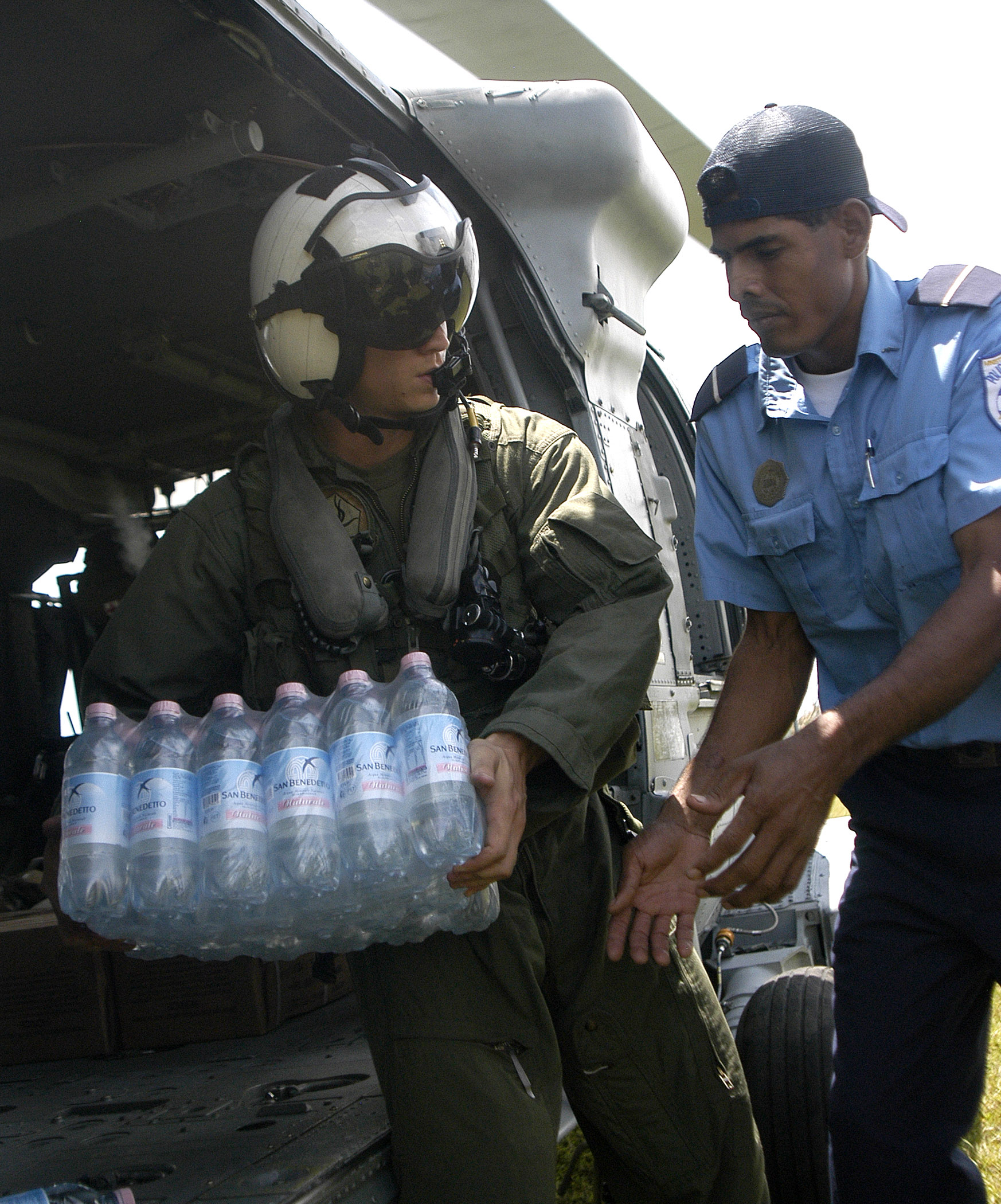 File:US Navy 070907-N-1189B-075 A U.S. Navy aircrewman attached to ...