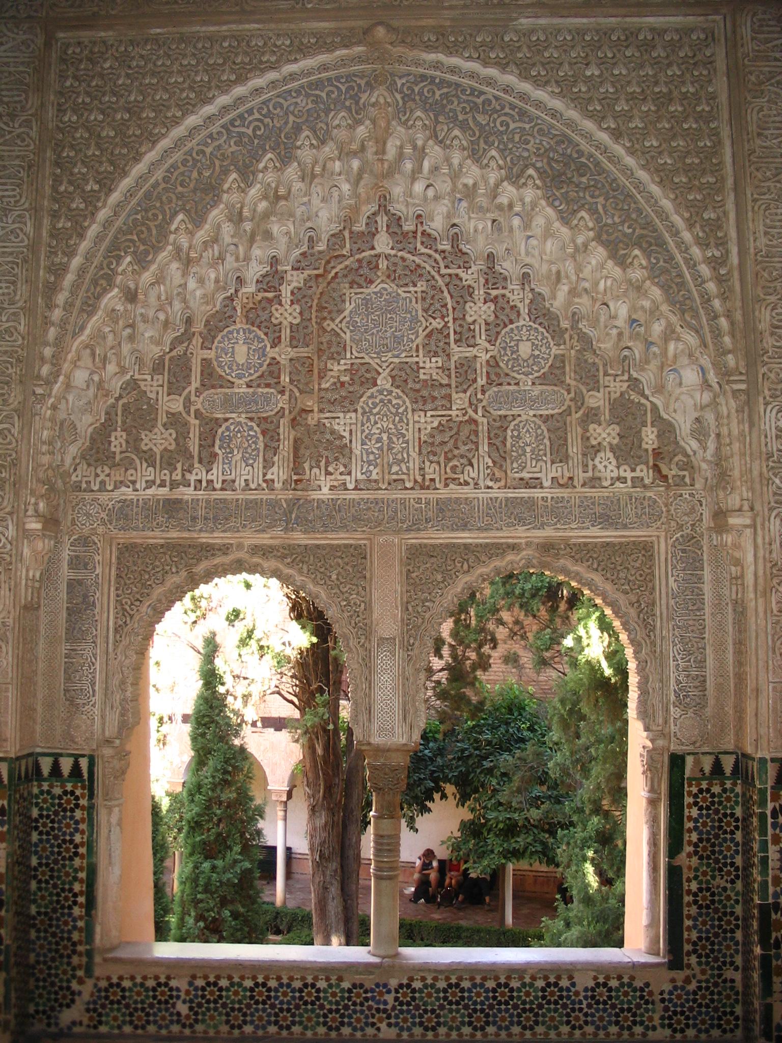 File ventanas con arabescos en la alhambra jpg wikipedia for Alhambra decoration