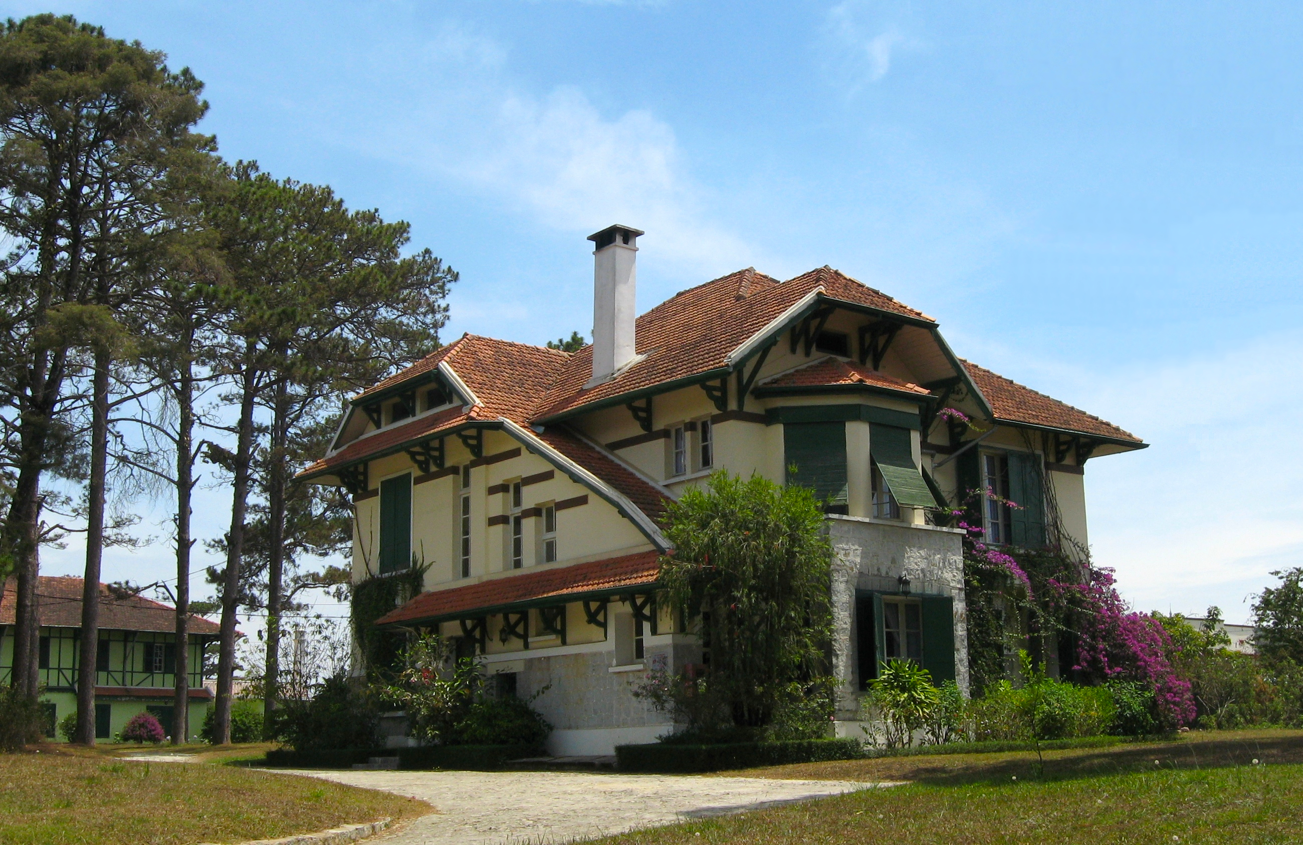 http://upload.wikimedia.org/wikipedia/commons/0/07/Villa_18_Tran_Hung_Dao,_Da_Lat_02.jpg
