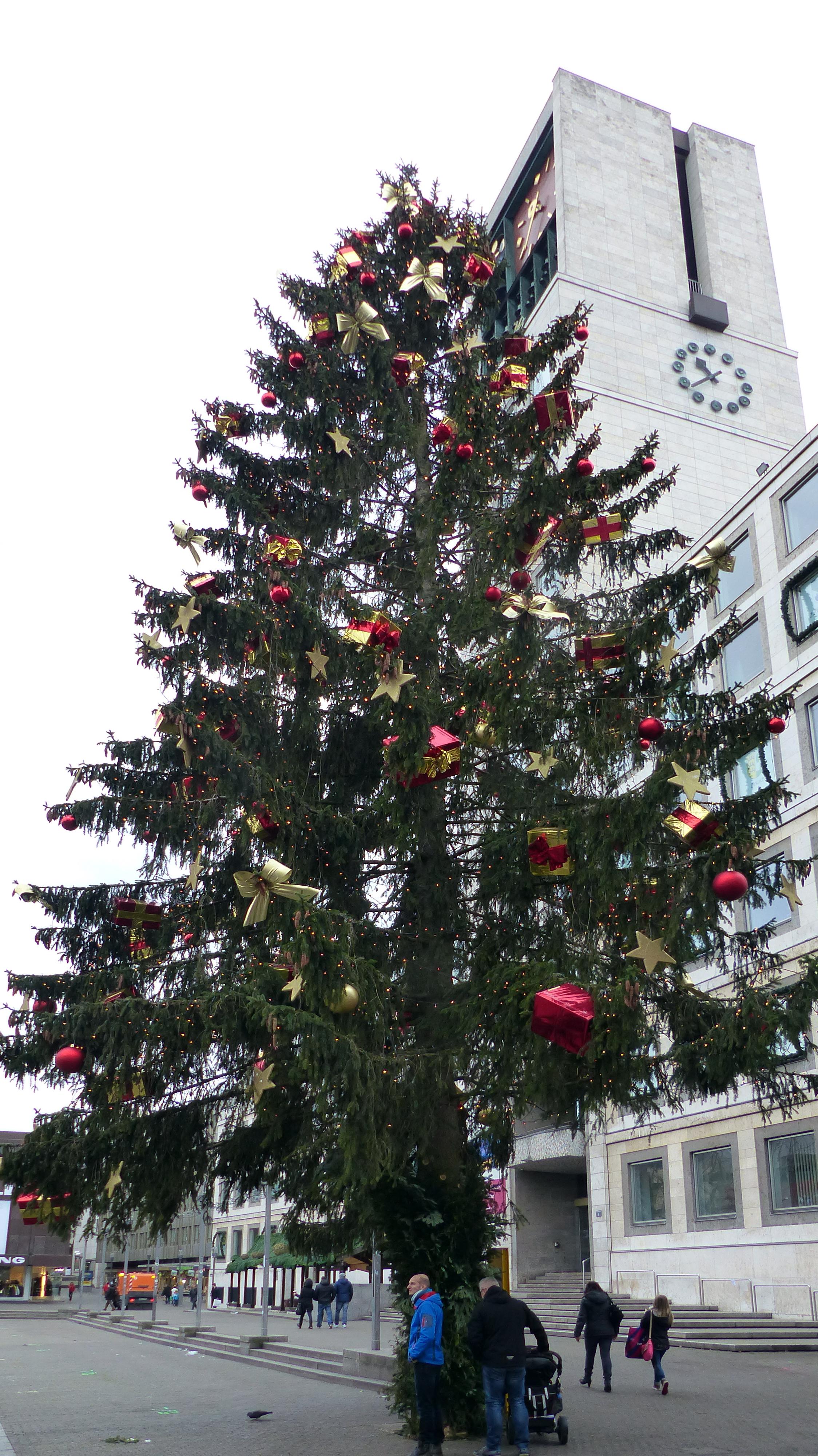 Datei:Weihnachtsbaum in Stuttgart 3.JPG – Wikipedia