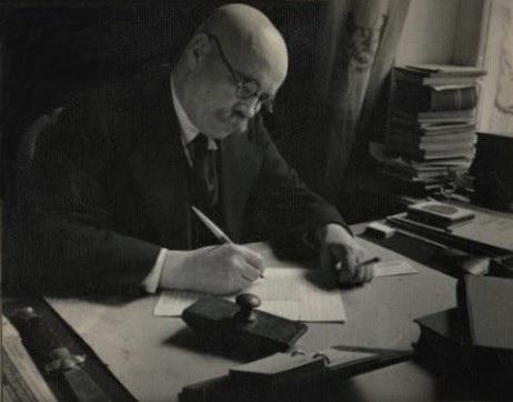 А. Новиков-Прибой за работой. Фото С. Струнникова