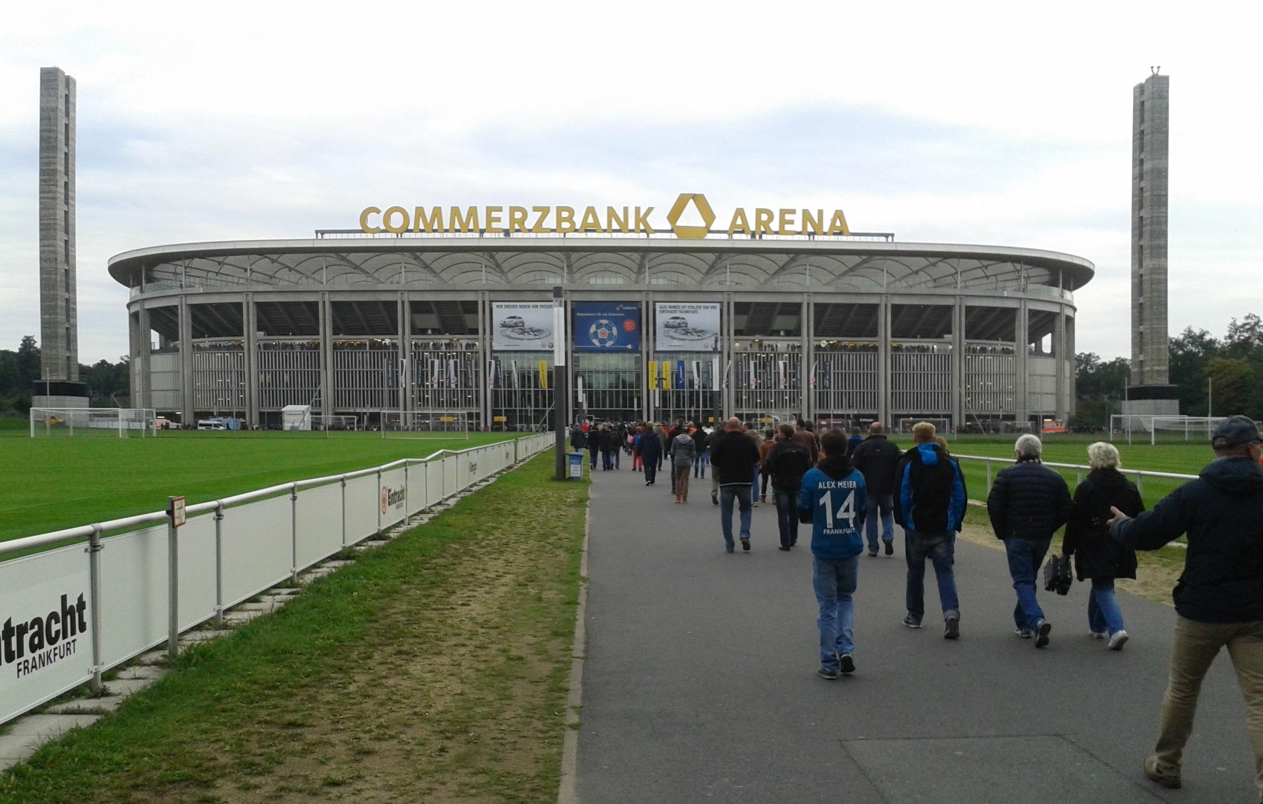 Fußballfans auf dem Weg zum Spiel der Europa-Leageue, Eintracht Frankfurt - Girondins Bordeaux