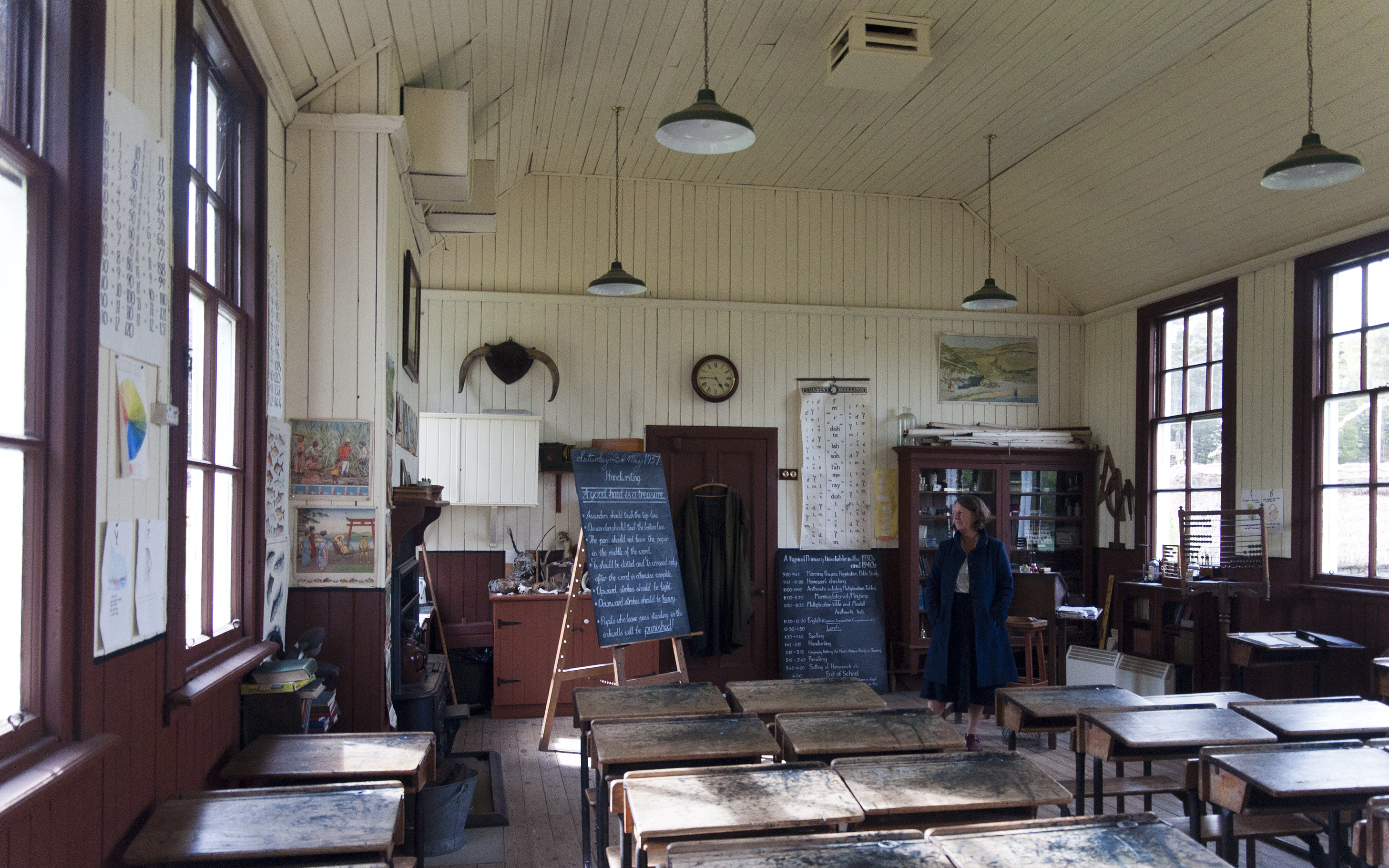 https://upload.wikimedia.org/wikipedia/commons/0/08/2011_Schotland_Highland_Folk_Museum_-_Knockbain_School_-_interieur_28-05-2011_17-44-47.png