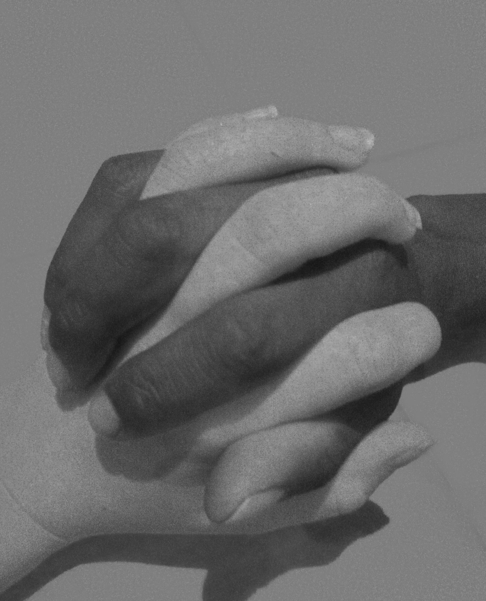 Δύο ενωμένα χέρια.