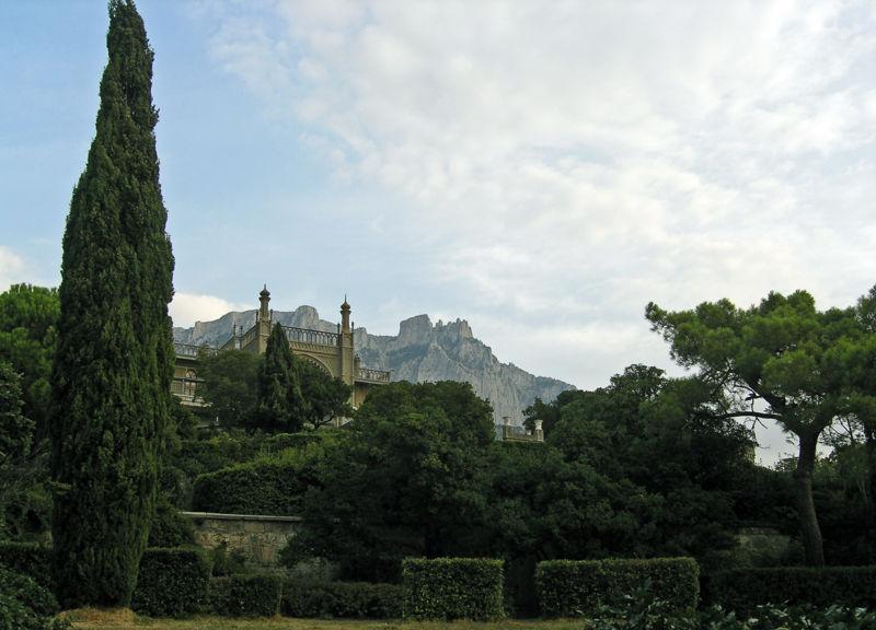 http://upload.wikimedia.org/wikipedia/commons/0/08/Alupka_Palace_05.JPG