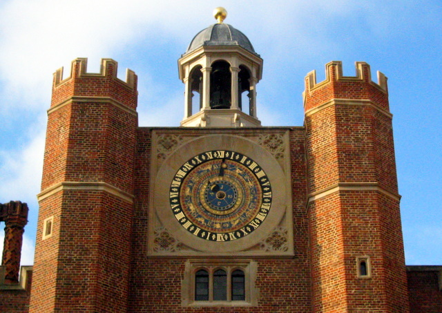 Fájl:Astronomical clock, Hampton Court Palace - geograph.org.uk - 1101624.jpg