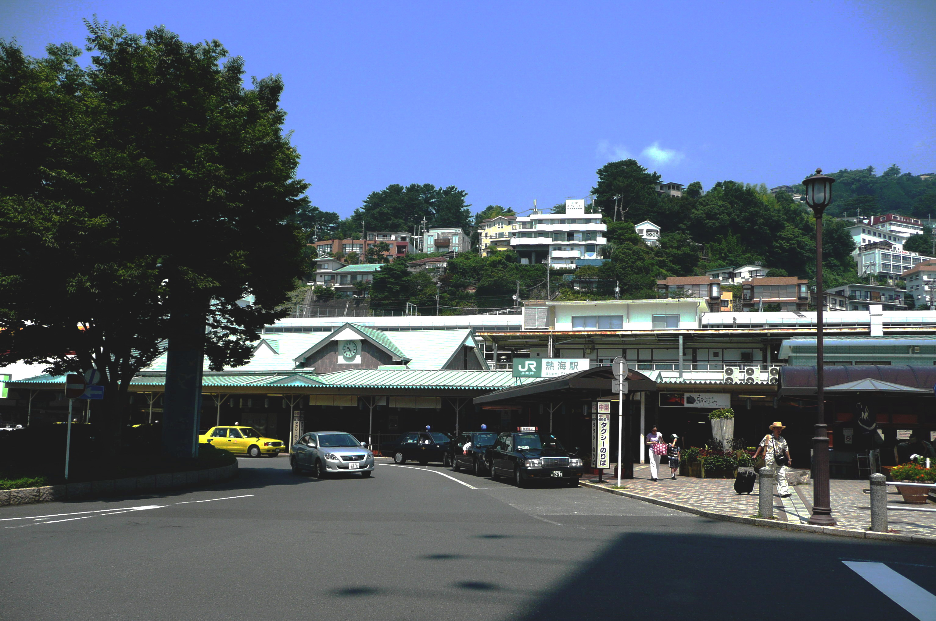 https://upload.wikimedia.org/wikipedia/commons/0/08/Atami_station.jpg