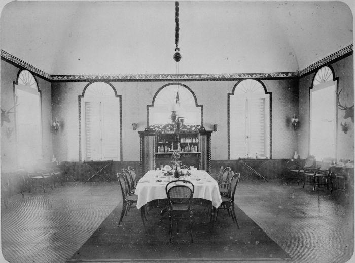File collectie tropenmuseum gedekte tafel in de eetkamer van het