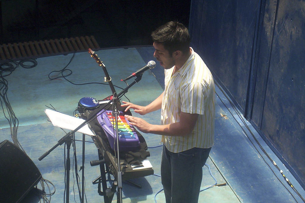 Gepe durante un concierto en el instituto DuocUC de Valparaíso en 2003