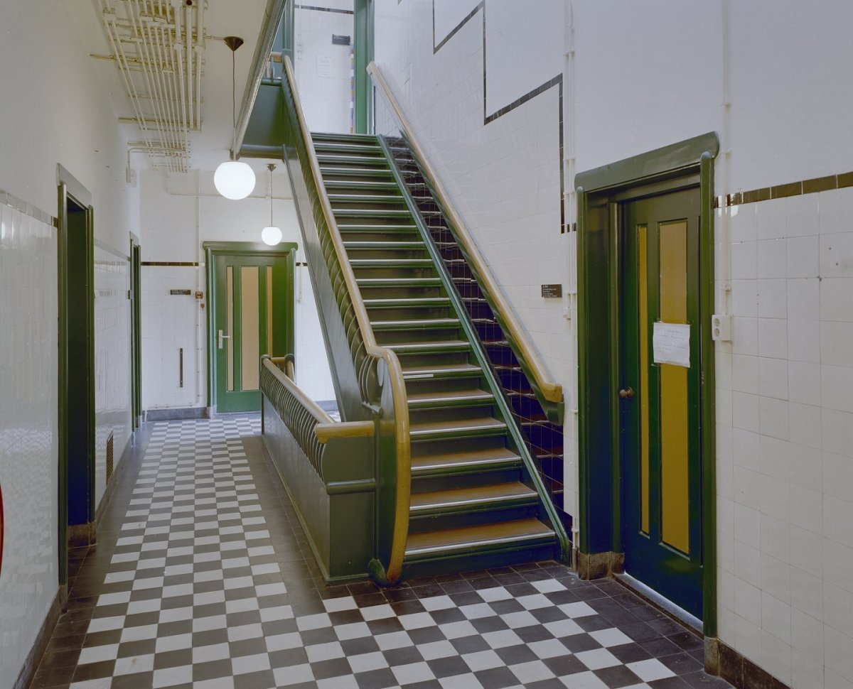 File interieur overzicht centrale hal met trap wageningen 20350460 wikimedia - Interieur trap ...
