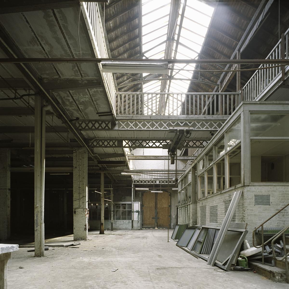 File interieur overzicht van een ruimte in de fabriekshal met zicht op de eerste verdieping en for Kantoorruimte