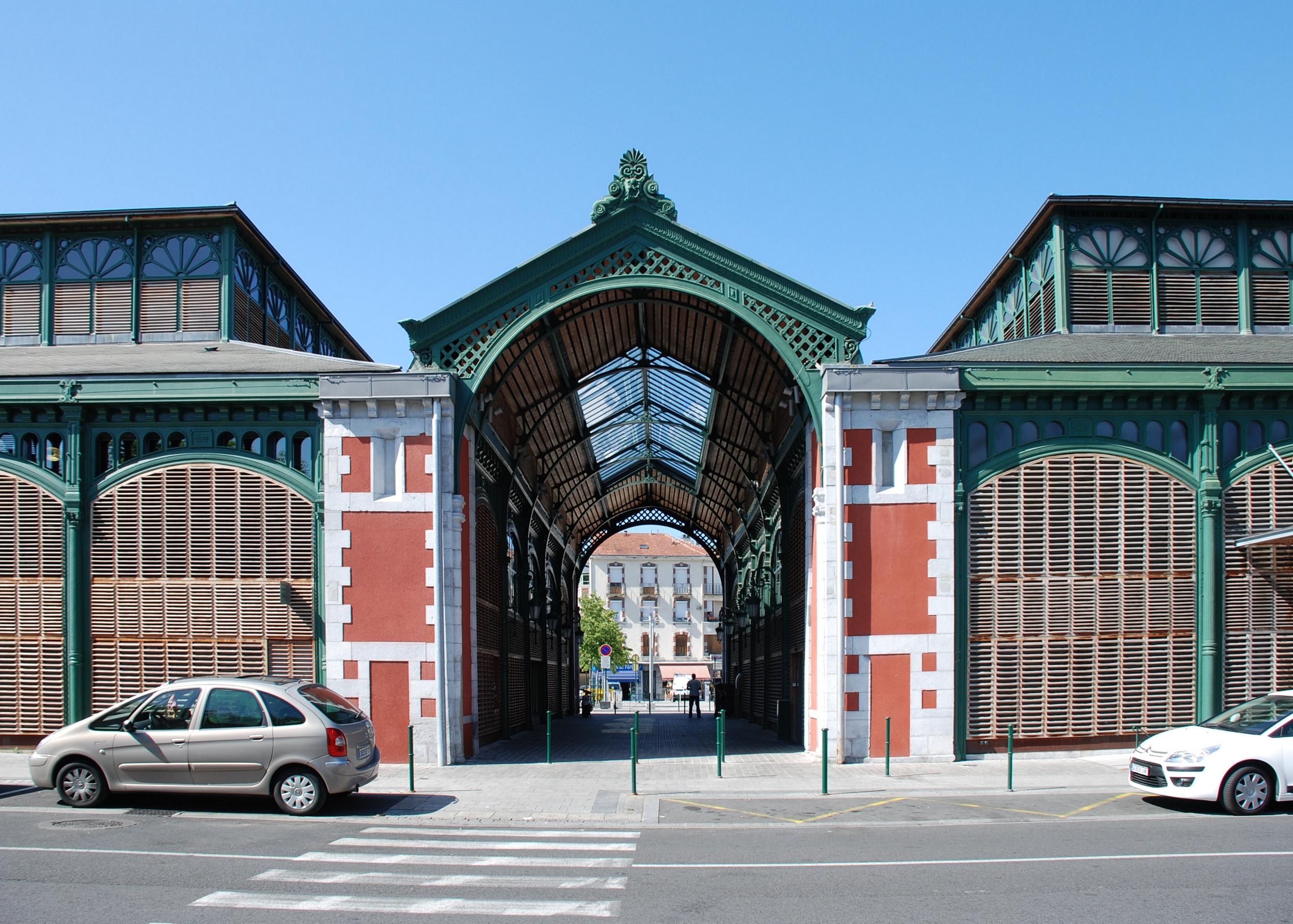 LOURDES (Pyrénées) Les_halles_de_Lourdes_porche_central