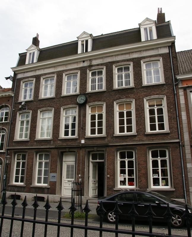 Hoog huis met lijstgevel in maastricht monument - Foto van eigentijds huis ...