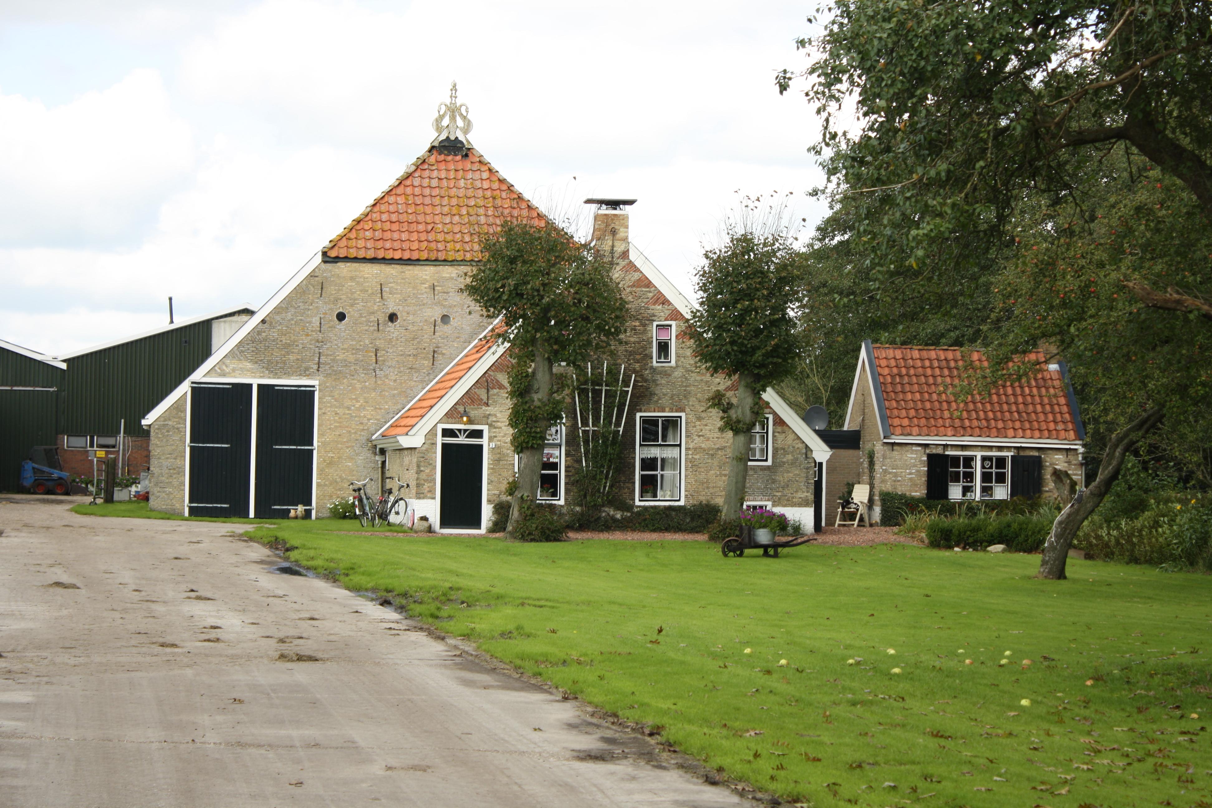 boerderij met saksisch voorhuis en friese schuur in