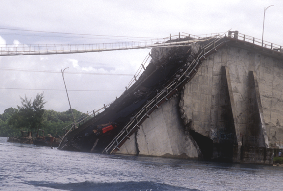 ファイル:Original Koror-Babeldaob Bridge collapse.png