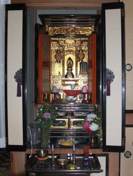 https://upload.wikimedia.org/wikipedia/commons/0/08/Otaru_Butsudan_20110818.jpg