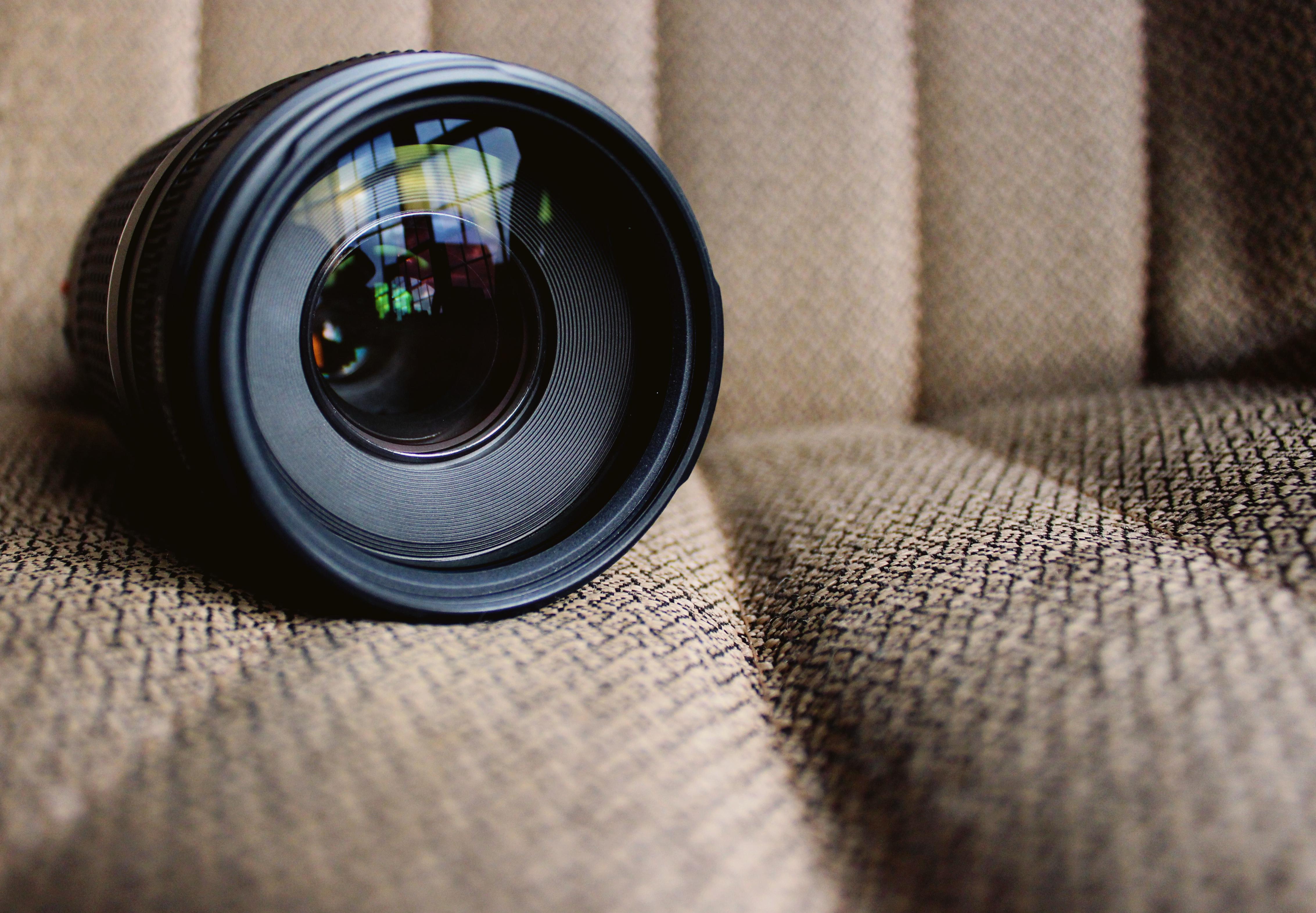 Um close-up de uma lente de câmera sobre Serviços acadêmicos para estudantes e pesquisadores | Cadeiras Personalizadas