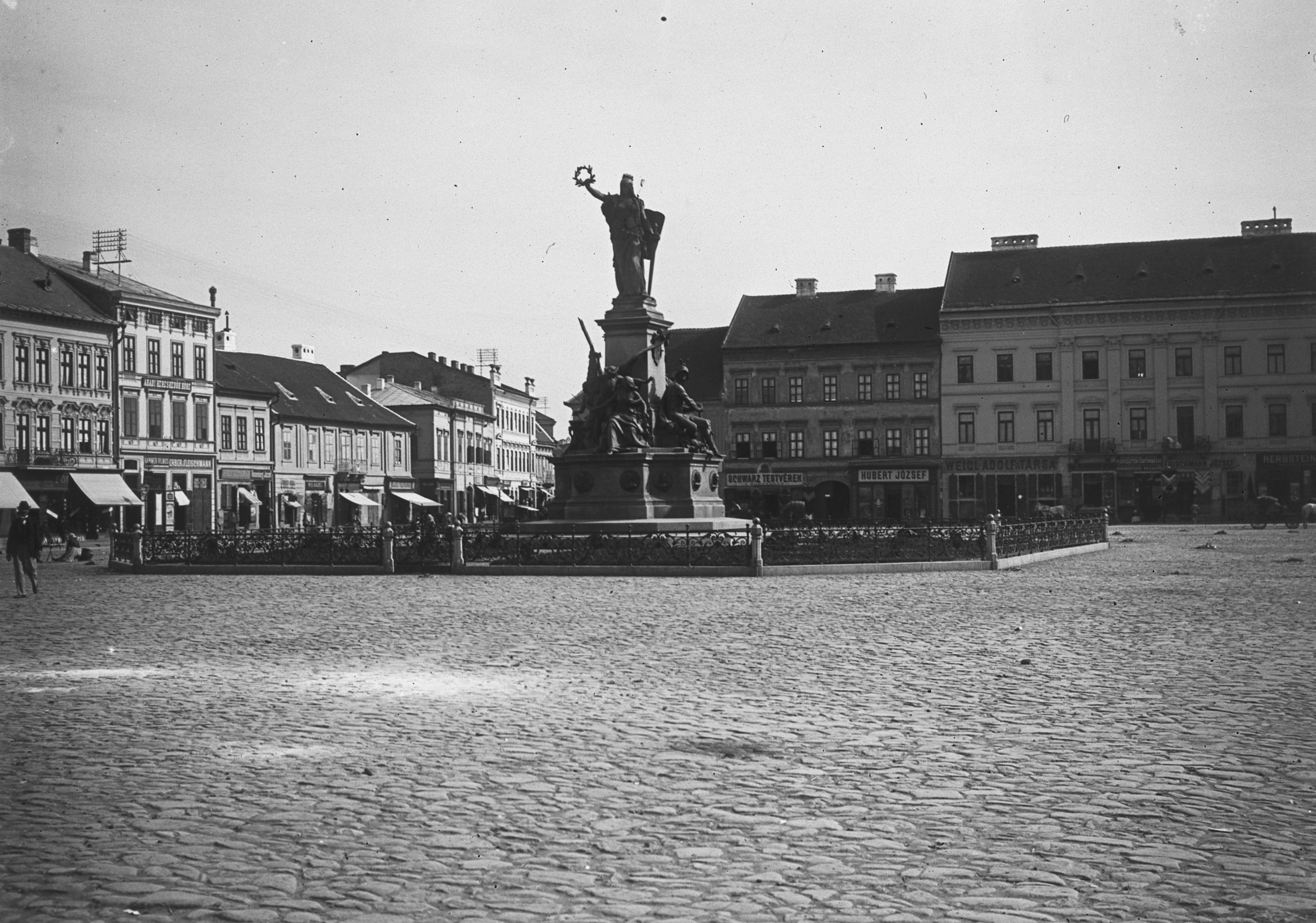 File:Szabadság tér, Aradi vértanúk-emlékműve (Huszár Adolf és Zala György  alkotása
