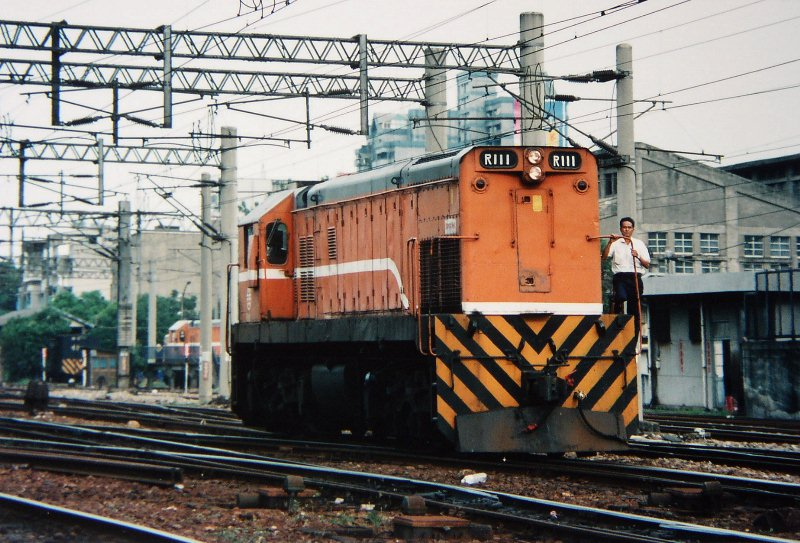https://upload.wikimedia.org/wikipedia/commons/0/08/TRA_R111_in_Kaohsiung_Yard_1997-08.jpg