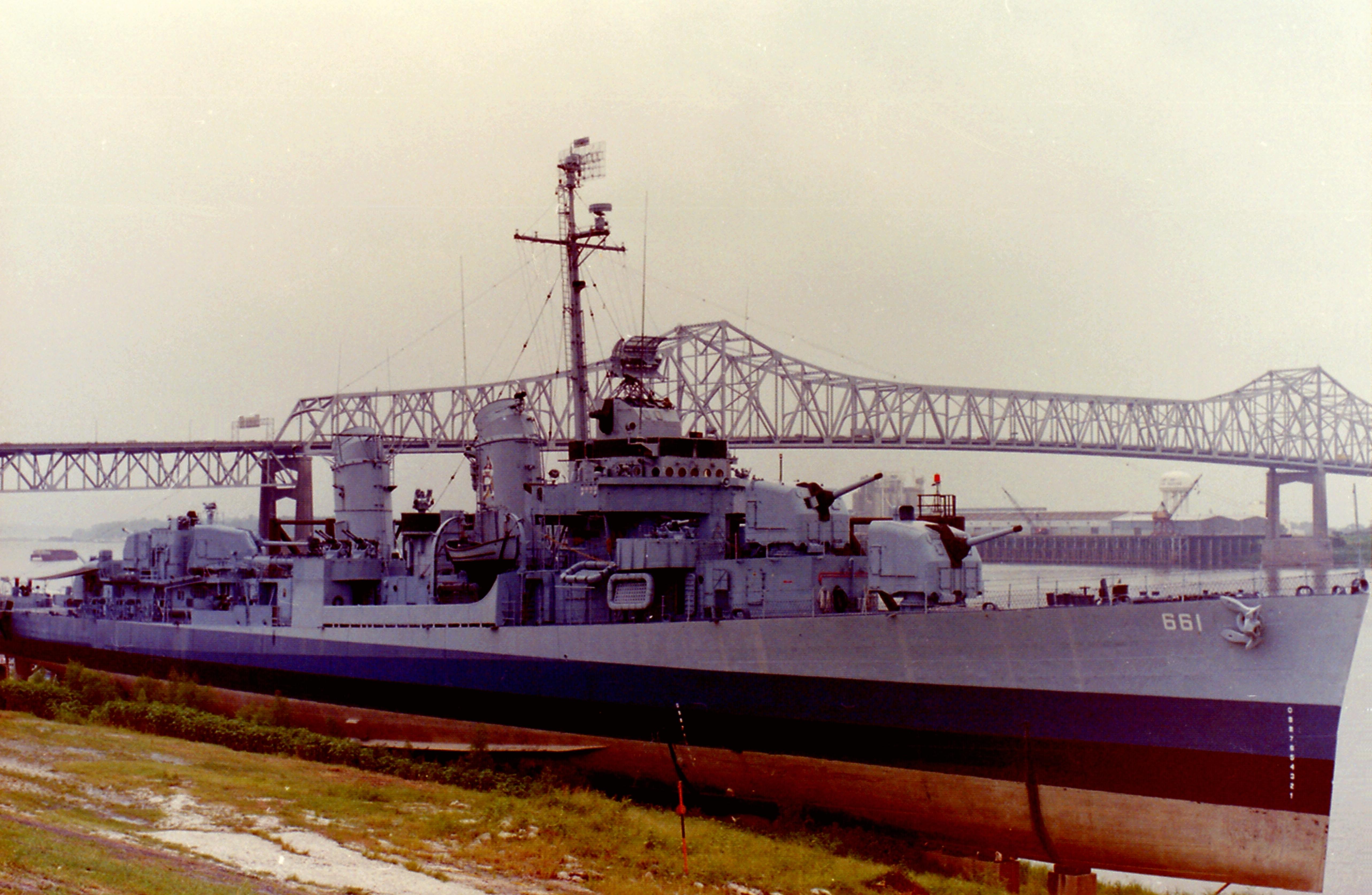 USS Kidd (DD-661) at Baton Rouge, Louisiana (USA), on 26 August 1988.jpg